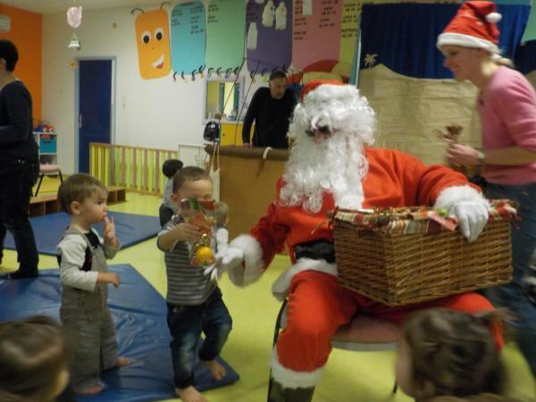 Le Père Noël à la crèche